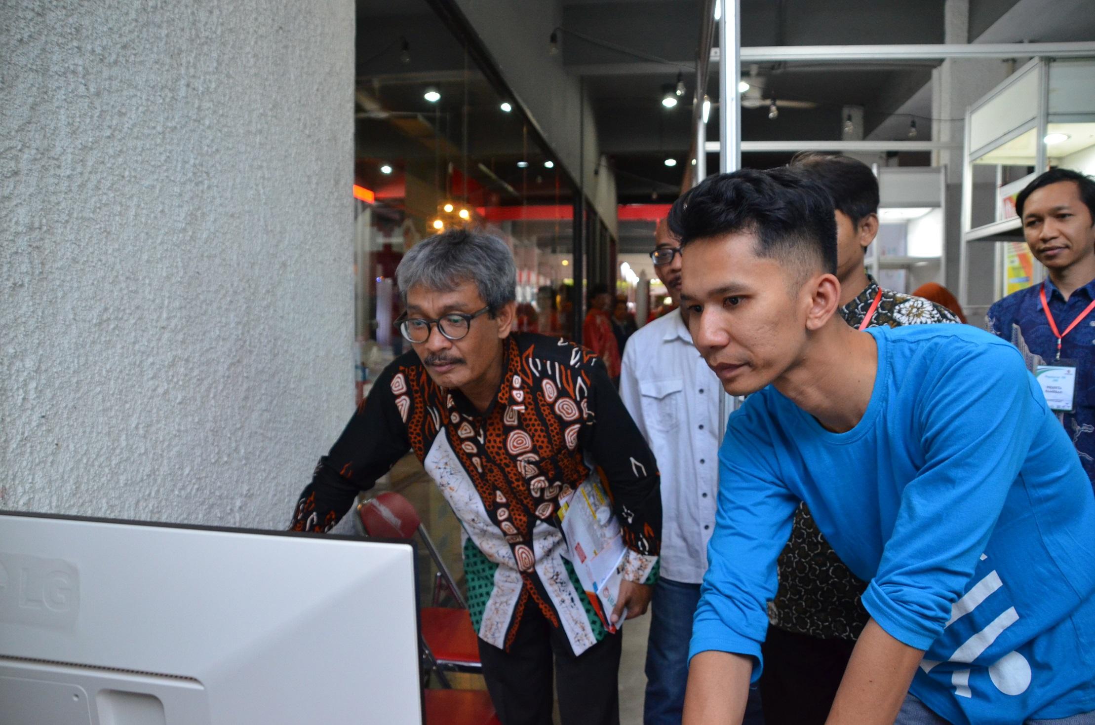 Dinas Kominfosandi Kota Yogyakarta menunjukkan aplikasi JSS pada Pagelaran TIK Tahun 2019
